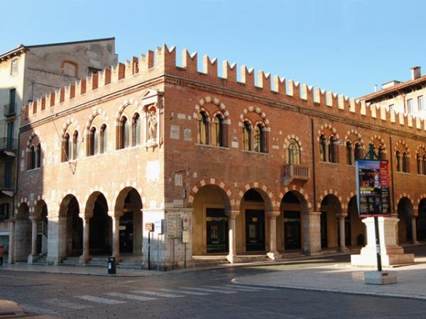 Monumenti Di Verona  Domus Mercatorum